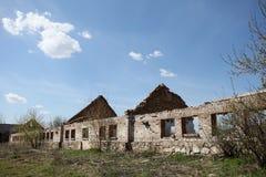 Las ruinas de un edificio de ladrillo largo Foto de archivo