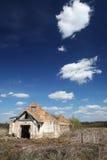 Las ruinas de un edificio de ladrillo largo Fotografía de archivo libre de regalías