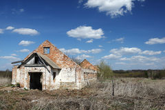 Las ruinas de un edificio de ladrillo largo Foto de archivo libre de regalías