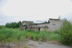 Las ruinas de un edificio industrial bombardeado-hacia fuera Imágenes de archivo libres de regalías