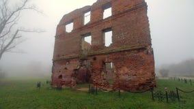 Las ruinas de un edificio de ladrillo rojo viejo almacen de video