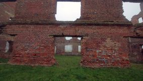 Las ruinas de un edificio de ladrillo rojo viejo almacen de metraje de vídeo