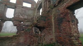 Las ruinas de un edificio de ladrillo rojo viejo metrajes