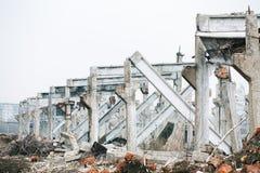 Las ruinas de un hecho dañado industrial ruso soviético abandonado Fotografía de archivo libre de regalías