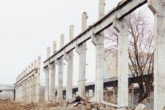 Las ruinas de un hecho dañado industrial ruso soviético abandonado Imagen de archivo libre de regalías