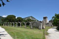 Las ruinas de una abadía antigua en Castel San Vincenzo, Italia imagenes de archivo