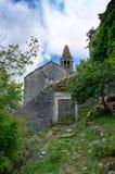 Las ruinas de una iglesia cat?lica abandonada vieja Stara Zupna Crkva en el soporte Vrmac, la ciudad de Prcanj, la bah?a de Kotor fotografía de archivo