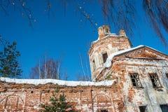 Las ruinas de una iglesia de piedra vieja, demasiado grandes para su edad con los árboles de abedul Imagenes de archivo