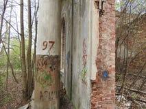 Las ruinas del acuerdo del estado, el pueblo oblast de Sverdlovsk, Mosc? foto de archivo