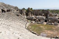 Las ruinas del amphitheatre romano antiguo en lado Fotos de archivo