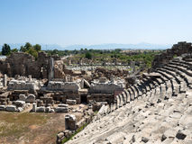 Las ruinas del amphitheatre romano antiguo en lado Imágenes de archivo libres de regalías
