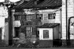 Las ruinas del anuncio publicitario constructivo de Magadan viran hacia el lado de babor Imagen de archivo libre de regalías