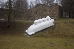 Las ruinas del castillo de Dobele en invierno con sportist del muñeco de nieve figuran Imágenes de archivo libres de regalías