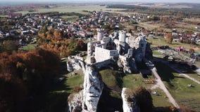 Las ruinas del castillo medieval en la roca en Ogrodzieniec, Polonia almacen de video
