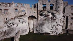 Las ruinas del castillo medieval en la roca en Ogrodzieniec, Polonia almacen de metraje de vídeo