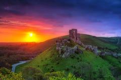 Las ruinas del Corfe se escudan en la salida del sol hermosa en el condado Dorset Imágenes de archivo libres de regalías