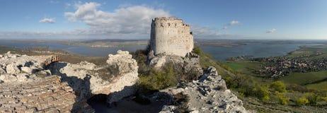 Las ruinas del Devicky se escudan en las colinas de Palava Foto de archivo libre de regalías