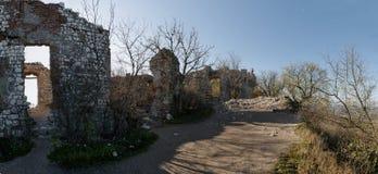 Las ruinas del Devicky se escudan en las colinas de Palava Fotos de archivo libres de regalías