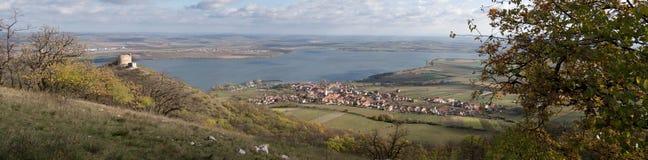 Las ruinas del Devicky se escudan en las colinas de Palava sobre el lago artificial Nove Mlyny en Moravia del sur Imagenes de archivo