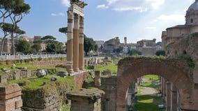 Las ruinas del foro romano Ventanas viejas hermosas en Roma (Italia) metrajes