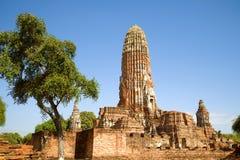 Las ruinas del prang principal del templo budista antiguo de Wat Phra Ram en una tarde soleada Ayutthaya, Tailandia fotografía de archivo