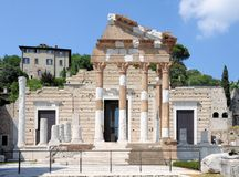 Las ruinas del templo romano llamaron Capitolium o Tempio Capitolino en Brescia Italia Foto de archivo