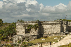 Las ruinas en la fortaleza y el templo mayas, Tulum Fotos de archivo libres de regalías