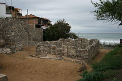 Las ruinas en la playa foto de archivo libre de regalías