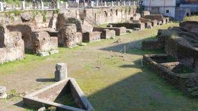 Las ruinas Ludus Magnus Ventanas viejas hermosas en Roma (Italia) almacen de video