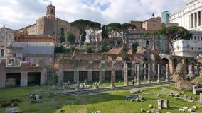 Las ruinas Ventanas viejas hermosas en Roma (Italia)
