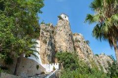 Las ruinas y las estructuras restauradas de Castillo de Guadalest, España Foto de archivo libre de regalías