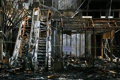 Las ruinas y los restos carbonizados del quemado abajo Imagen de archivo libre de regalías