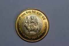 Las 10 rupias indias acuñan el tablero de la capilla de Vaishno Devi del shree foto de archivo libre de regalías