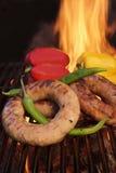 Las salchichas alemanas deliciosas del chisporroteo en la barbacoa asan a la parrilla XXXL Fotografía de archivo libre de regalías