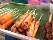 Las salchichas asadas a la parrilla en la hoja del plátano son comida tailandesa tradicional local de la calle Foto de archivo libre de regalías