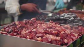 Las salchichas cortadas se cocinan en el mercado de la barbacoa almacen de video