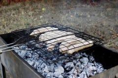 Las salchichas se fríen en la parrilla Fotos de archivo