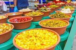 Las salmueras fragantes en el mercado de Antalya Imagen de archivo