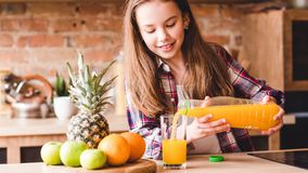 Las saludes infantiles beben la nutrici?n equilibrada del zumo de naranja imagenes de archivo