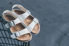 Las sandalias de cuero de los hombres foto de archivo