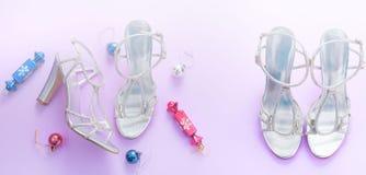Las sandalias decorativas del copo de nieve del arco de la cinta del regalo de la caja de la endecha del plano de la composición  foto de archivo libre de regalías