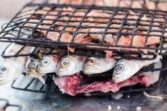 Las sardinas se prepararon para asar a la parrilla en bistros en Essaouira que pescaba el po Imagen de archivo libre de regalías