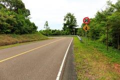 Las señales de tráfico muestran a velocidad máxima 20 kilómetros por hora y series de curvas imágenes de archivo libres de regalías