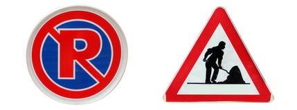 Las señales de tráfico, no parquean aquí y conforme a etiquetas de la construcción fotografía de archivo libre de regalías