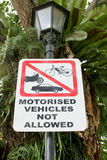 Las señales de tráfico prohíben el parquear de los vehículos Imagen de archivo libre de regalías