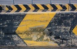 Las señales y la vuelta de peligro de izquierda a derecha en el camino Foto de archivo