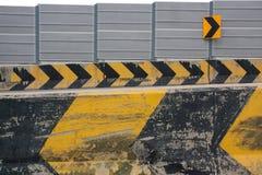 Las señales y la vuelta de peligro de izquierda a derecha en el camino Fotos de archivo libres de regalías