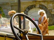 Las señoras de la moda del volante aporrean el dinero rico de clase superior imágenes de archivo libres de regalías