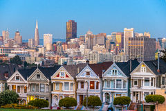 Las señoras pintadas de San Francisco, California sientan brillar intensamente en medio de Imagen de archivo libre de regalías