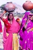 Las señoras que llevan el agua sacuden, Jaisalmer, la India Foto de archivo libre de regalías